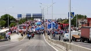 Movimientos sociales levantaron el corte de tránsito y el acampe, después de 20 horas