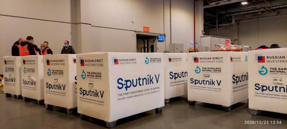Las vacunas Sputnik V, a punto de ser cargadas en el avión de Aerolíneas.