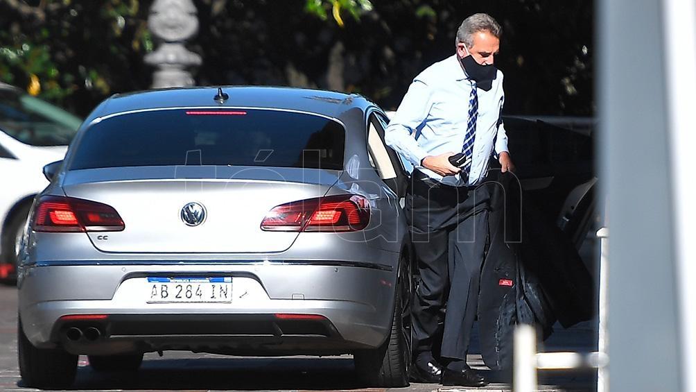El ministro de Defensa, Agustín Rossi, llegó a Casa Rosada para la reunión en que se diseña el plan de vacunación.