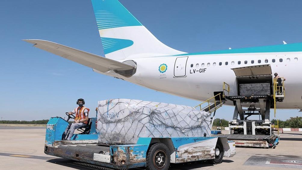 Tras ser descargadas, las vacunas son transportadas en camión refrigerado a -18°C hacia depósito.