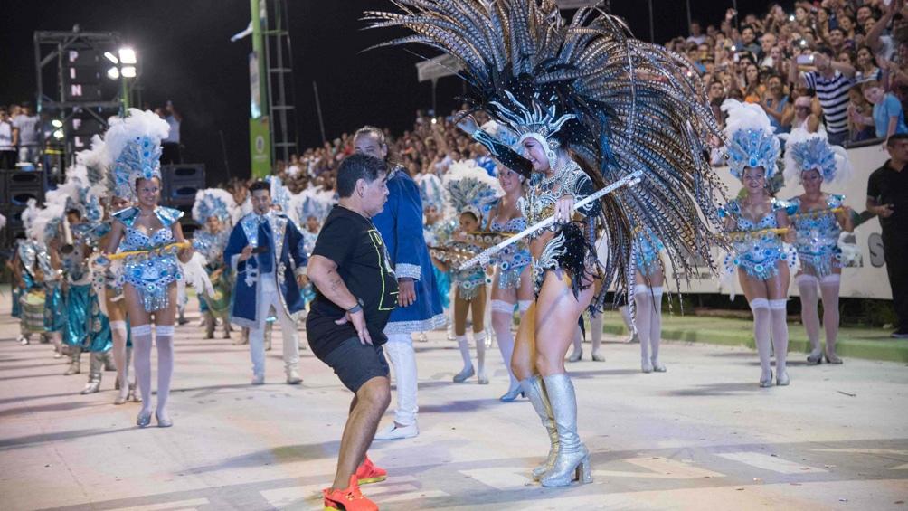 """Diego bailando sobre el sambódromo correntino, tierra familiar y de grandes afectos en la vida de """"Pelusa"""""""