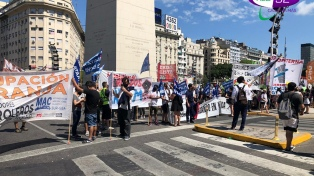 Trabajadores despedidos de Latam y del Parque de la Costa protestan en el Obelisco