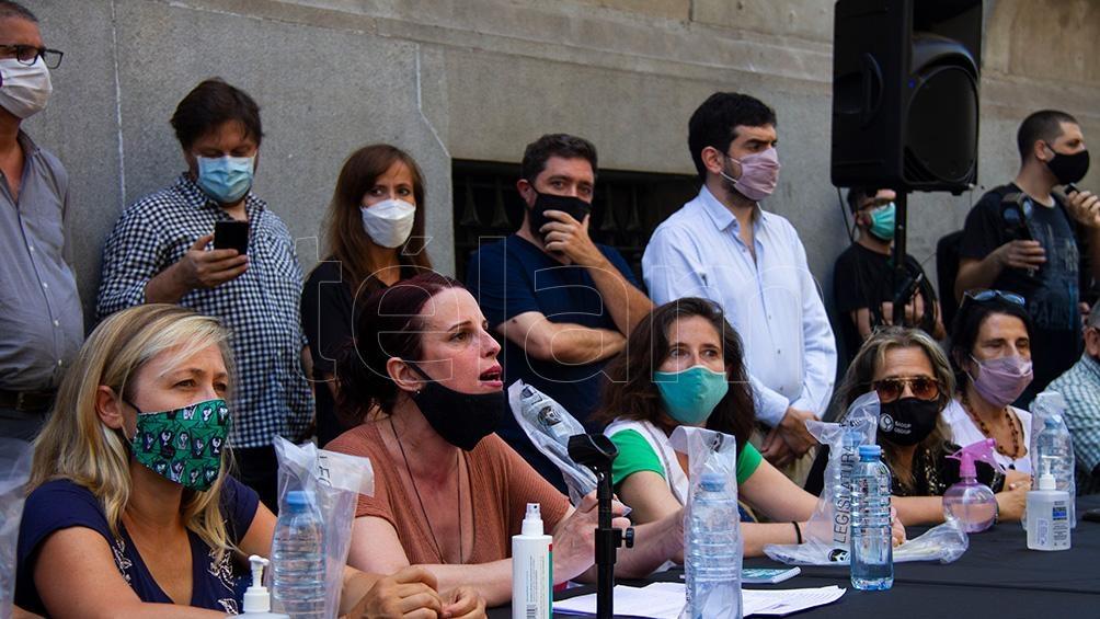Padres y organizaciones comunitarias protestaron por el fallo frente a le Legislatura porteña.