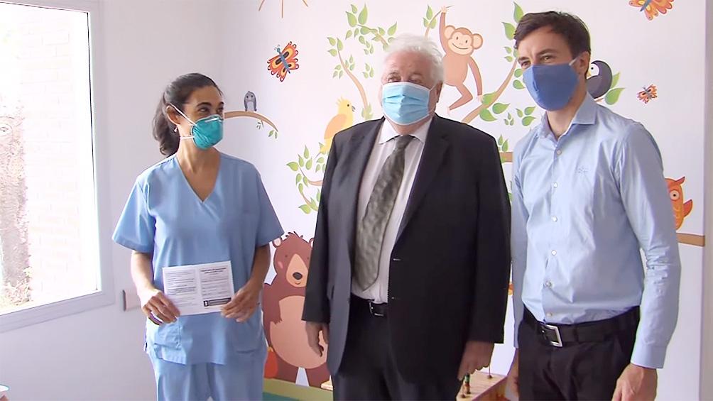 El ministro, durante la inmunización de los primeros trabajadores de la salud.