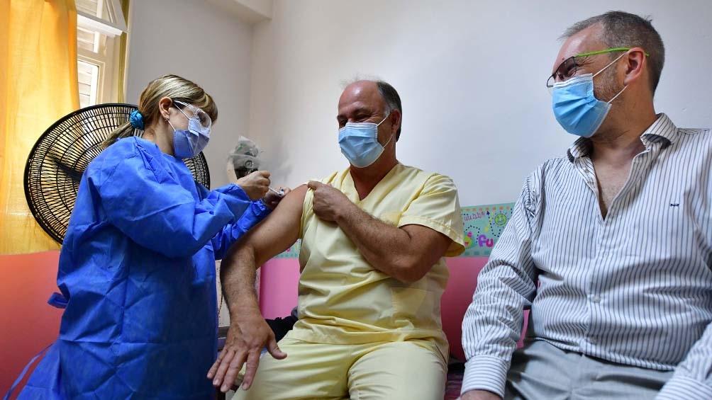 El ministro de Salud, Fabián Puratich, se aplica la vacuna.