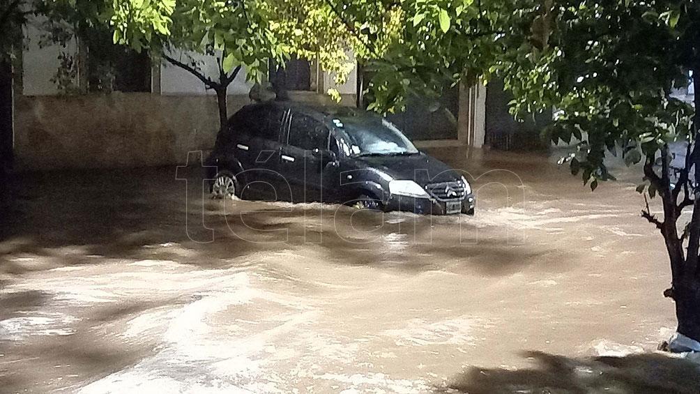 se registraron inundaciones en calles de la capital, donde se formaron fuertes corrientes de agua fuerte que arrastraron autos y motos.