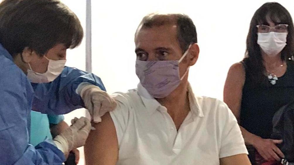 """La decisión de vacunarse """"habla de la responsabilidad social y colectiva de esta gran familia que es el pueblo de la provincia y de la Argentina"""", dijo Gutiérrez."""