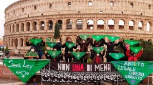 Feministas de todo el mundo se suman con pañuelazos a la vigilia por el aborto legal