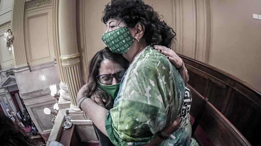 Un abrazo que lo dice todo entre la ministra Elizabeth Gómez Alcorta y Dora Barrancos.