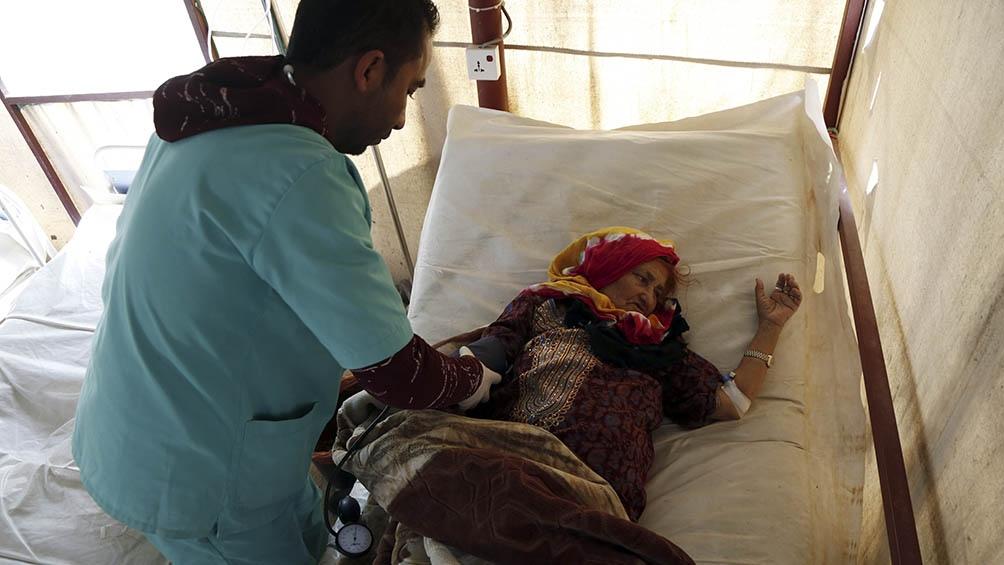 El cólera sigue haciendo estragos. Aquí, una mujer recibe tratamiento médico en el hospital Al-Sabeen, en Saná, Yemen, el 10 de marzo pasado.