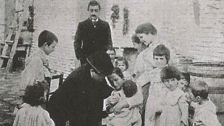 Vacunación en un brote de viruela, un siglo atrás.