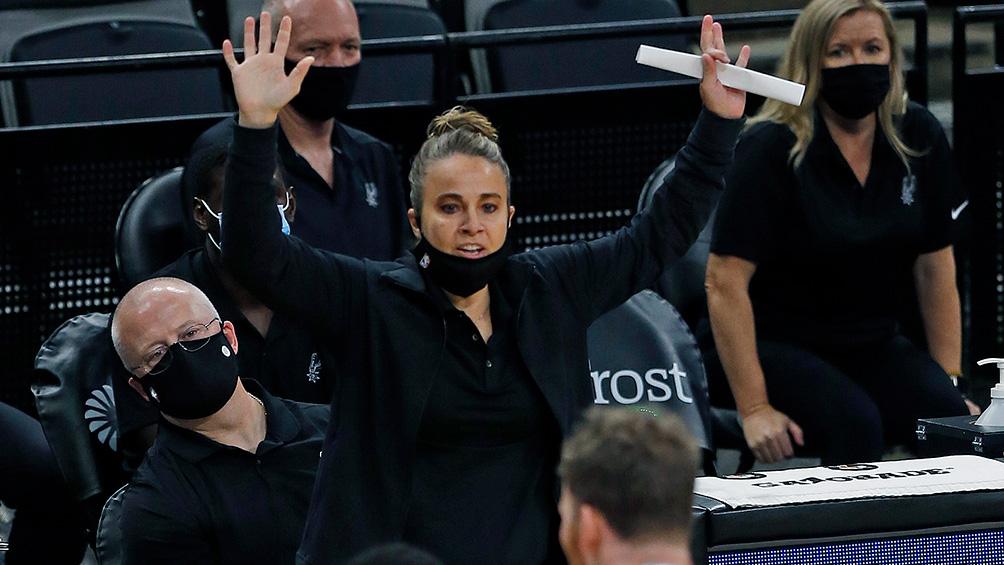 Becky Hammon se convirtió en la primera mujer en dirigir a un equipo de la NBA