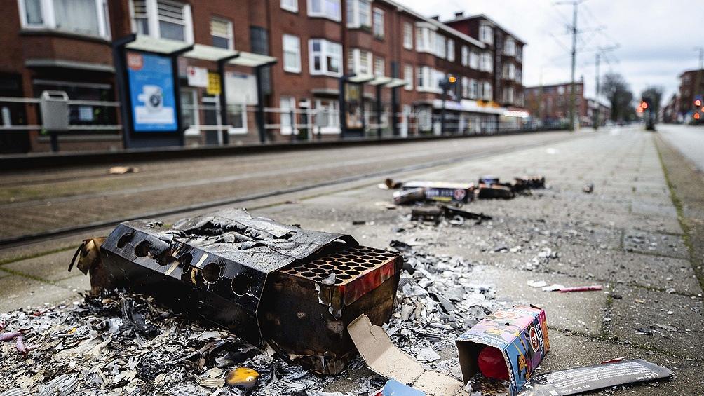 Una calle de La Haya con restos de fuegos artificiales