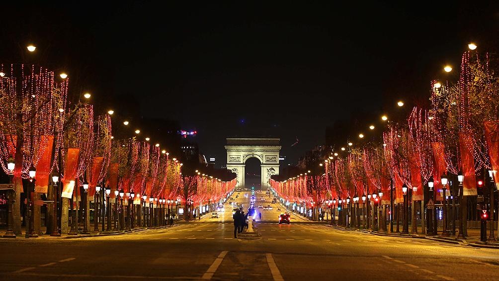 La avenida Campos Elíseos de París con poca circulación de gente