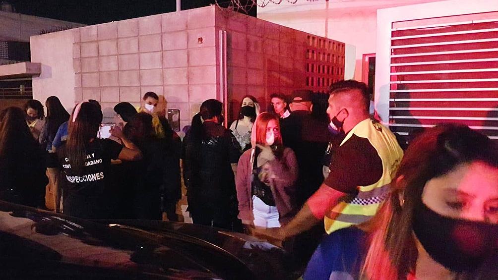 Las autoridades bonaerenses recordaron que las denuncias de fiestas clandestinas se reciben a través del 911 y de la línea (221) 429-3386.