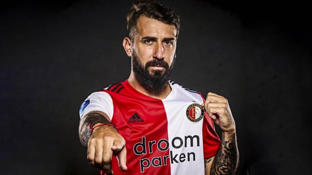 Pratto con su nueva camiseta, llevará la 24 del Feyenoord.