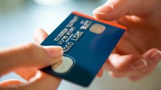 Las tarjetas de crédito mantendrán el tope de 43% para financiar saldos