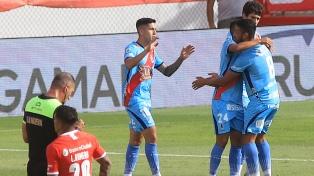 Independiente cayó 4 a 3 en el final ante Arsenal y quedó afuera de la pelea