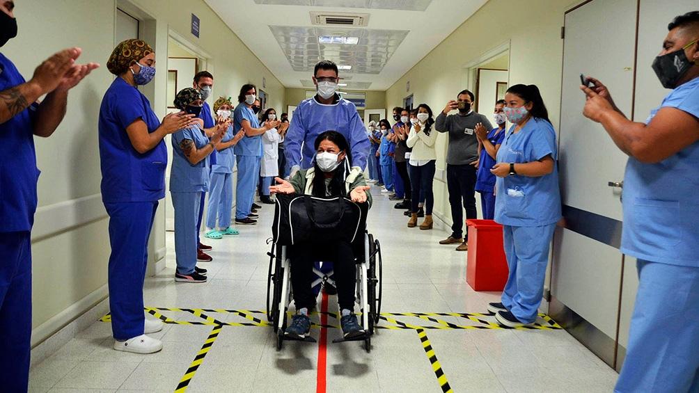 El triunfo de la vida gracias al trabajo del personal sanitario, uno de los temas presentes en el libro.