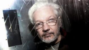 """La pareja de Assange lo visitó en la cárcel y calificó de """"intolerable"""" la detención"""