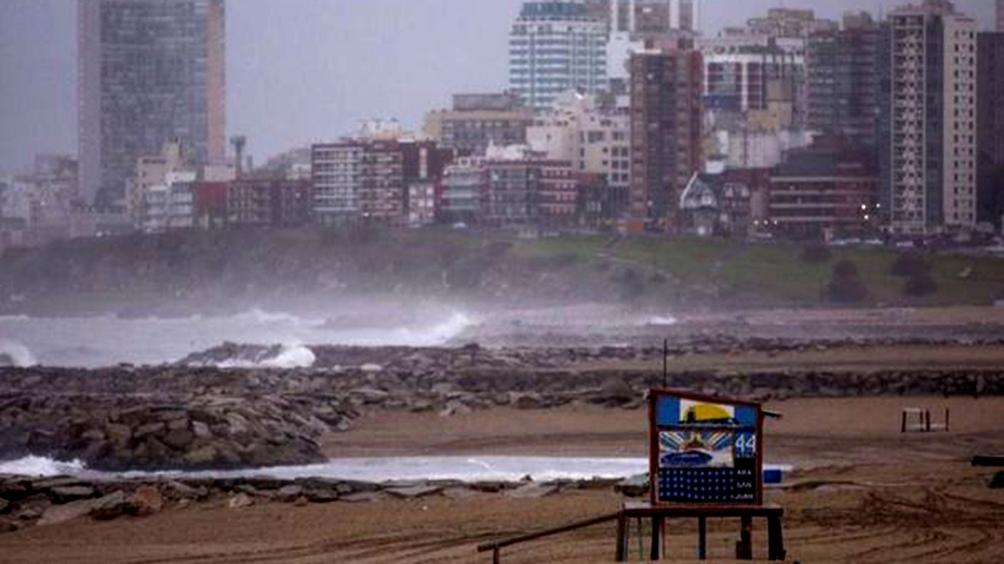 Se espera cielo cubierto con intensa caída de agua, acompañada de vientos del cuadrante este a 13 kilómetros con ráfagas de 50 a 60 km/h.