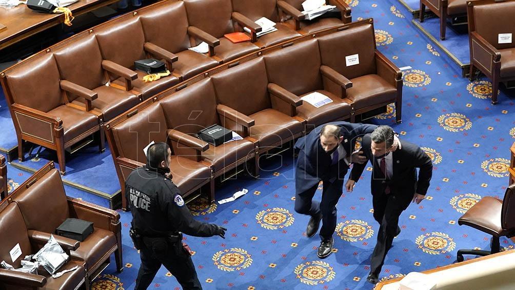 Manifestantes ingresando al Capitolio