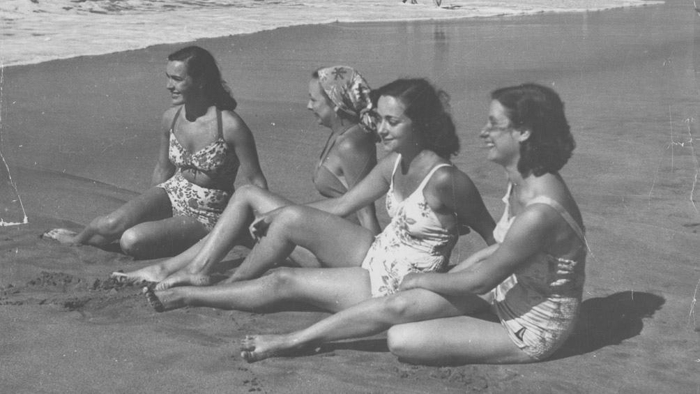 Jóvenes bañistas en la Bristol, con los trajes que se usaban a mediados de los años 50. (AGN)