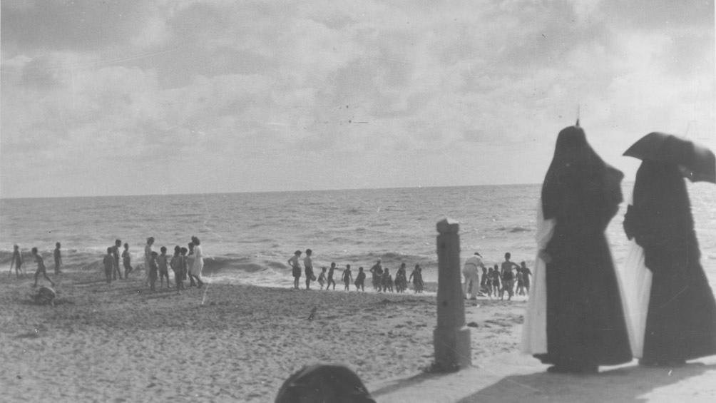 La playa de Chapadmalal con chicos que así conocían el mar. (AGN)