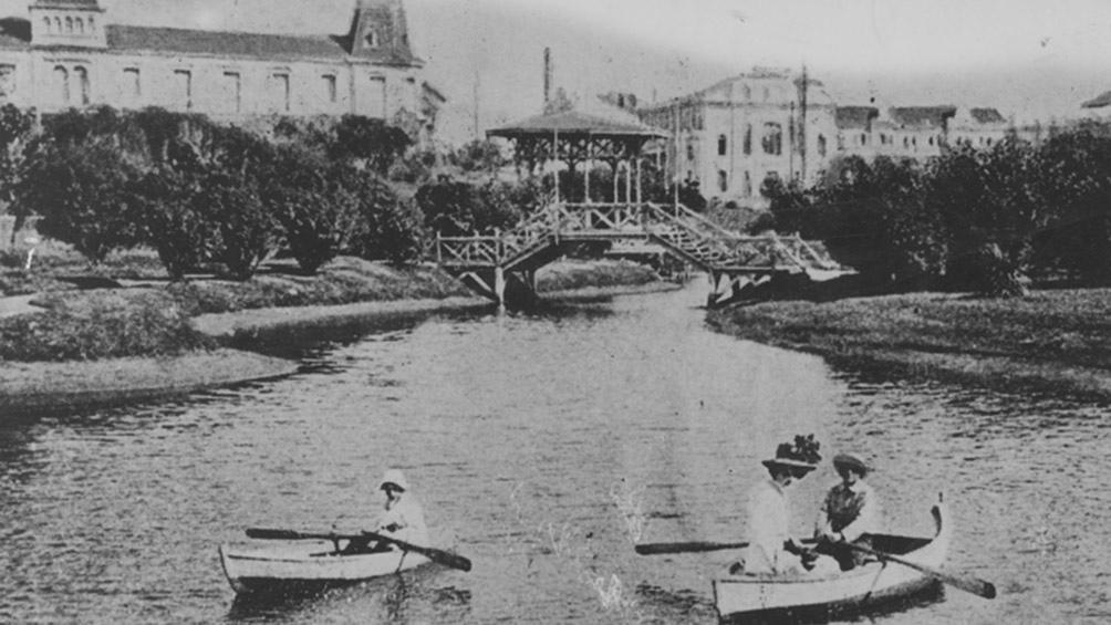 El lago General Paz, en la playa Bristol, hacia 1906. Una Mar del Plata aristocrática. (AGN)