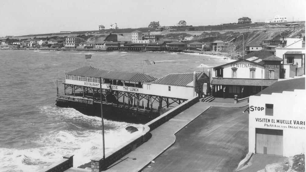 El desaparecido muelle que estaba en la playa Varese, en Mar del Plata. (AGN)