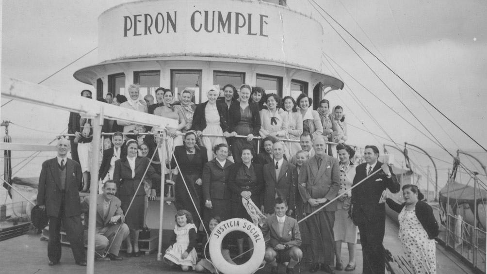 Turistas en la cubierta del vapor Justicia Social, en Mar del Plata, hacia 1950. (AGN)