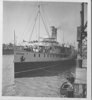 El vapor Justicia Social, zarpando desde el puerto marplatense. (AGN)