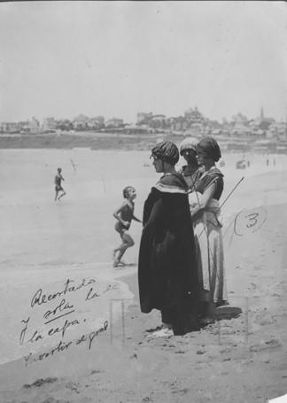 En 1920, la playa era más para contemplación que para disfrutar el agua. (AGN)