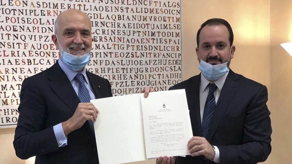 Roberto Carlés y el jefe del Protocolo Diplomático de la República Italiana, Inigo Lambertini.