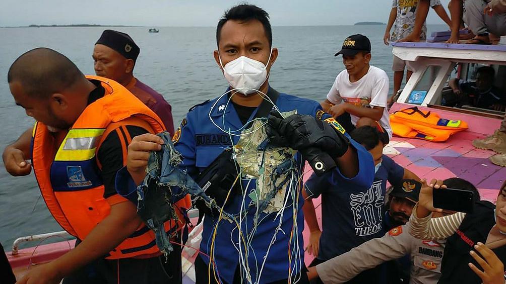 El avión de la aerolínea indonesia Sriwijaya Air perdió contacto con los controladores aéreos el sábado.
