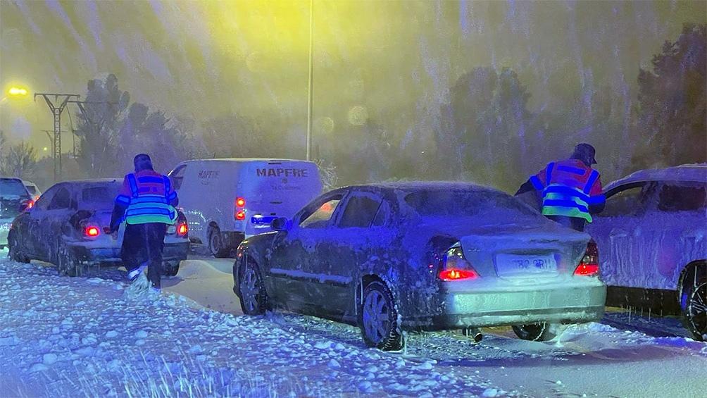La helada multiplica el riesgo de resbalar por la calle, y de las cornisas de los edificios caen continuamente bloques de nieve.