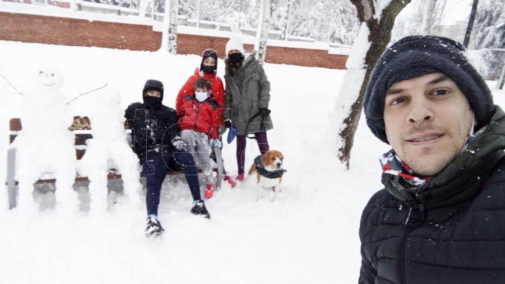 Ariel Gómez y su familia, en Mostoles (sur de Madrid)