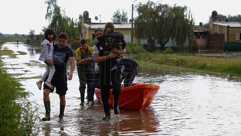 El domingo, unas cien familias de la provincia de La Pampa debieron ser evacuadas por bomberos y policías.