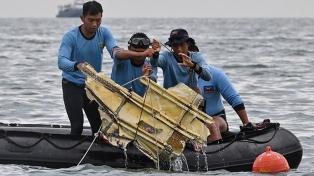 Localizan las cajas negras del Boeing que se estrelló en Indonesia y recuperan pedazos del fuselaje