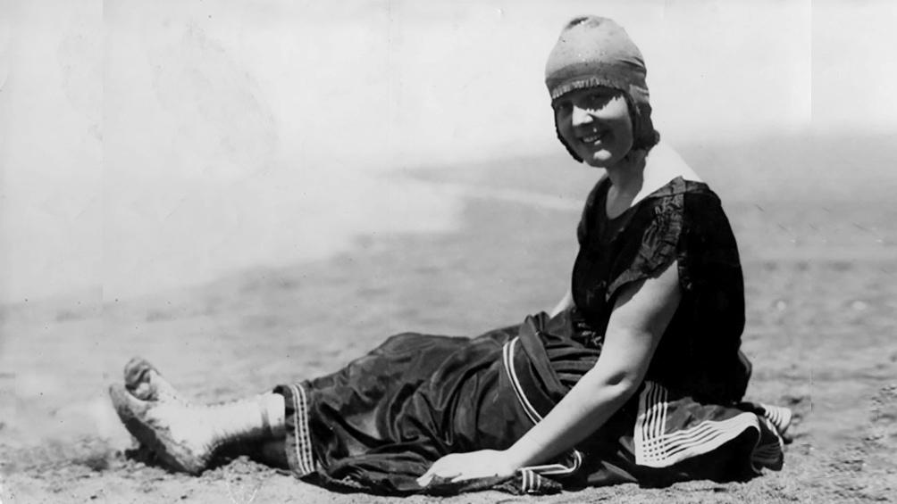 Una bañista en la playa Bristol, en la Mar del Plata de 1920. (AGN)