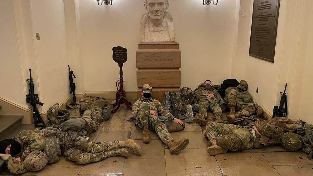 Las fotos de la Guardia Nacional en los pasillos del Capitolio se viralizaron por las redes sociales.