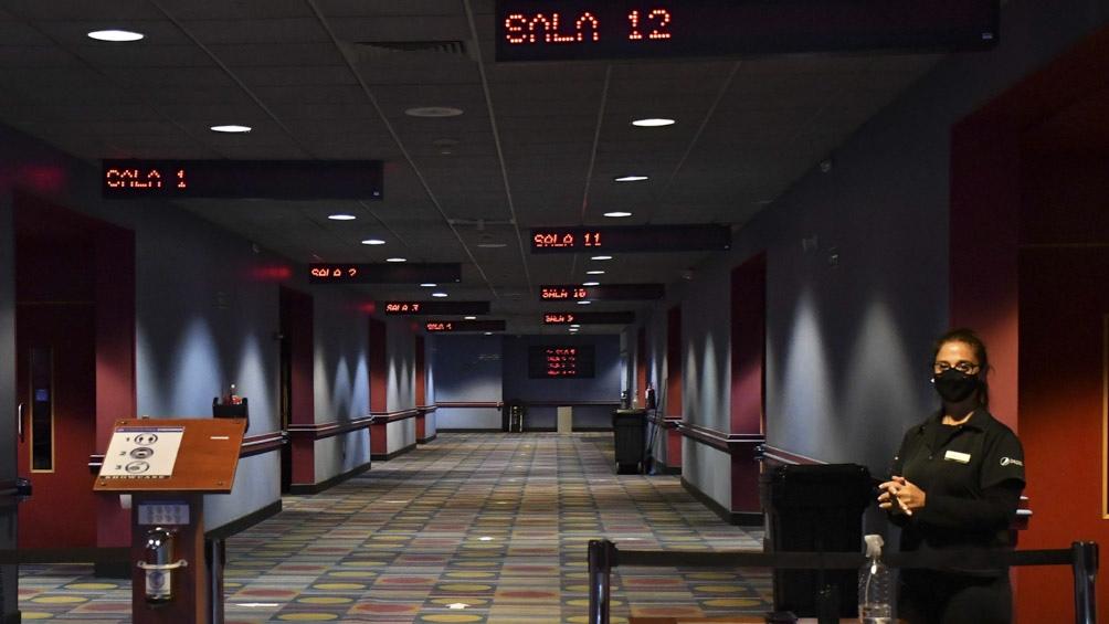 Tanto los cines porteños como los bonaerenses volverán a abrir sus puertas con la posibilidad de usar de 3 de cada 10 butacas en las salas.