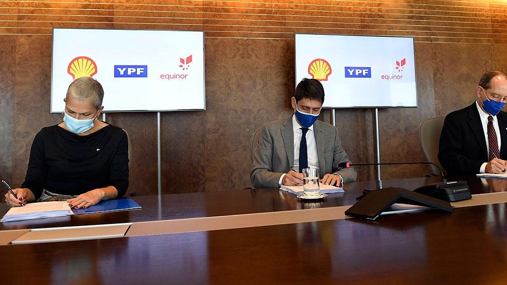 Affronti suscribió el acuerdo con los presidentes de Shell Argentina, Sean Rooney, y de Equinor Argentina, Nidia Álvarez.