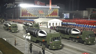 Pyongyang mostró dos misiles en un enorme desfile militar