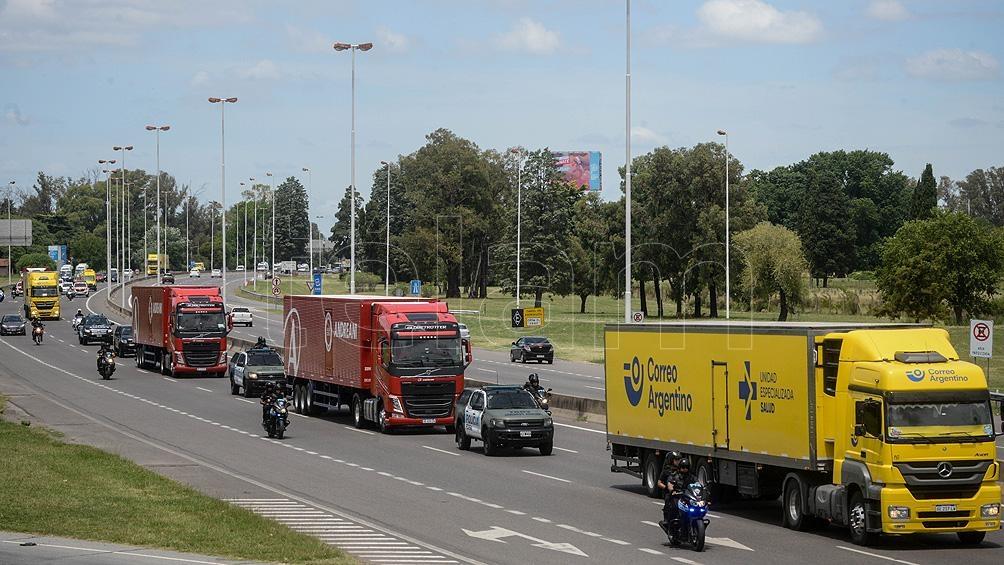 En caravana y escoltados por la Policía Federal, los camiones se dirigieron hacia los centros de distribución.