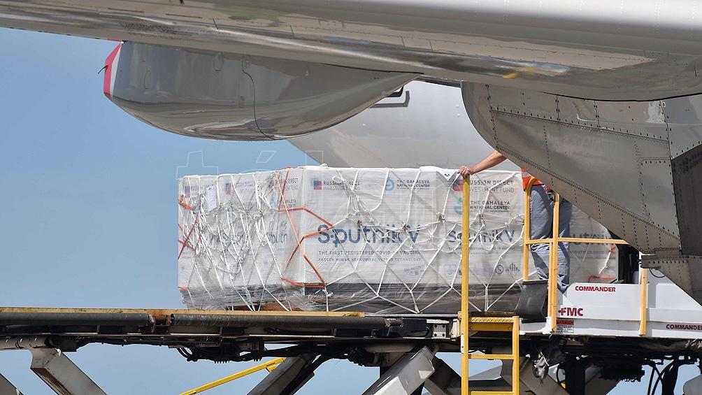 Llegaron al país en un vuelo de Aerolineas Argentinas las 300 mil unidades de la segunda dosis de la vacuna Sputnik V