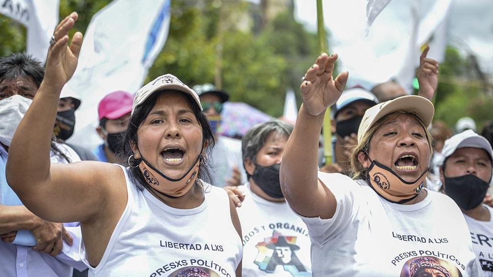 Los manifestantes portaron carteles con diferentes consignas en reclamo de la liberación de la dirigente social.