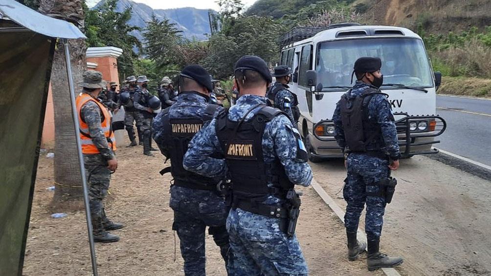 بعد از 450 کیلومتر در گواتمالا ، بیشتر کاروان سعی می کند وارد مکزیک شود.