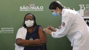 Brasil aprobó las dos primeras vacunas y comenzó a aplicar una de ellas en San Pablo