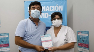 """Espinoza se vacunó contra coronavirus y dijo que """"el hospital público es un orgullo"""""""